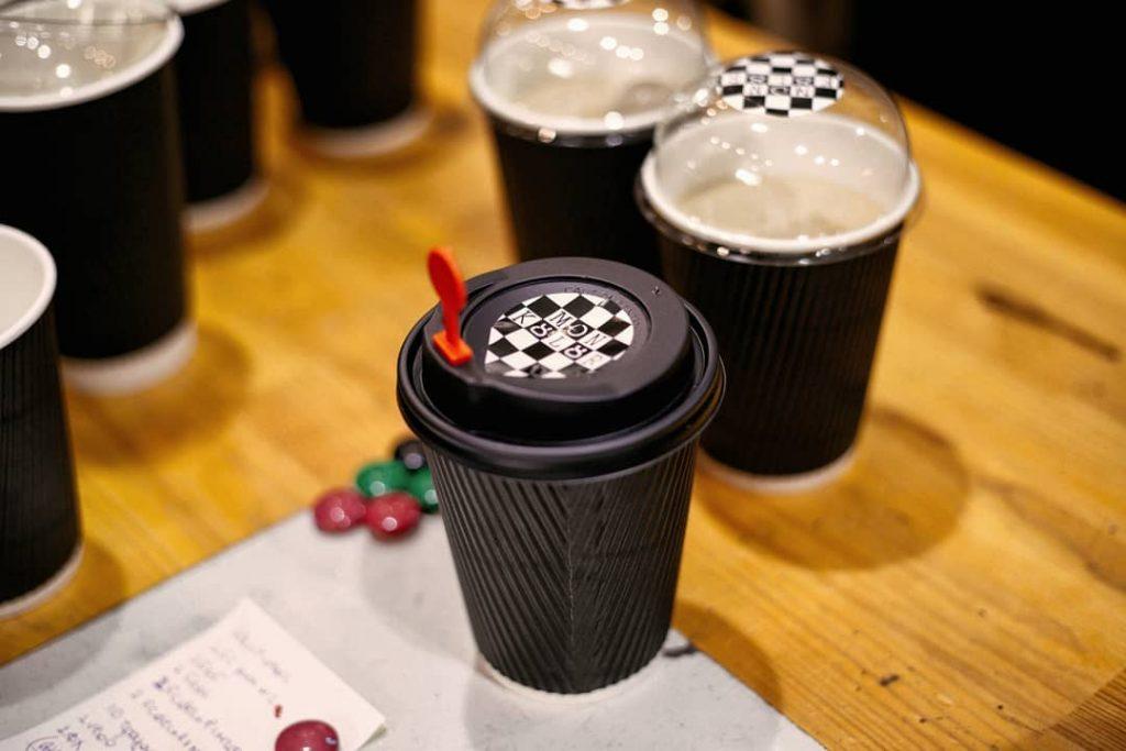 Εξαιρετικός καφές από μηχανήματα τελευταίας τεχνολογίας στο Mon Kulur.